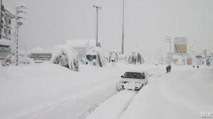 بارش برف در بسیاری از مناطق ایران، زندگی ساکنان این مناطق را مختل کرده است.