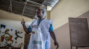 Un agent de la Cena-Bénin en place lors du dépouillement des voix exprimées dans un bureau de vote de Cotonou, le 28 avril 2019.