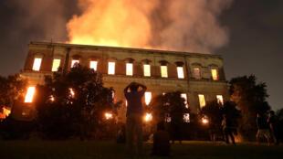 Museu Nacional do Rio em chamas. O incêndio destruiu parte importante do acervo da instituição.