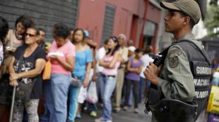 委內瑞拉首都一商店門前排隊等待買麵粉,玉米和人造黃油的居民2016年3月15日