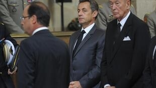 Sarkozy (C) with former president Valérie Giscard d'Estaing (R) and Hollande (L) honour French soldiers killed in Afghanistan