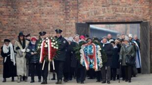 هفتاد و پنجمین سالگرد آزادسازی اردوگاه مرگ آشویتس در لهستان، امروز طی مراسمی با حضور روسای جمهوری آلمان، لهستان، اسرائیل، نمایندگان بلندپایه ۵۰ کشور دیگر جهان و نزدیک به ۲۰۰ تن از بازماندگان جنایات نازی ها در محل این اردوگاه در جنوب لهستان برگزار شد.