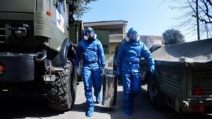 Des spécialistes de l'armée russe désinfectent une maison de retraite où 35 personnes sont décédées à Albino en Italie le 28 mars 2020.