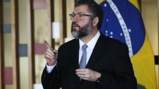 O ministro brasileiro das Relações Exteriores, Ernesto Araújo, viaja nesta terça-feira a Buenos Aires