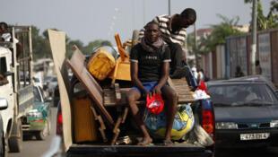 Des habitants déménagent après la série d'explosions qui a détruit des maisons et des bâtiments à Mpila, un quartier de Brazzaville, le 5 mars 2012.