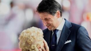 Ce 14 août 2019, le chef du gouvernement italien, Giuseppe Conte, s'entretient avec les membres des familles des victimes de l'effondrement du pont Morandi. «La vie de Gênes repart d'ici», a-t-il déclaré.