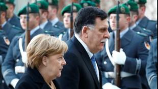 存檔圖片:德國總理默克爾與利比亞總理 2017年12月7日 攝於柏林 Image d'archive: La chancelière allemande Angela Merkel et le Premier ministre libyen Fayez al-Sarraj à Berlin le 7 décembre 2017.