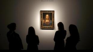 Сотрудники Christie's у картины да Винчи «Спаситель мира», 24 октября 2017 года.