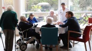 O presidente Emmanuel Macron visitou, em 6 de março, uma casa de repouso em Paris para tentar tranquilizar os idosos, que são a população mais vunerável ao coronavírus.