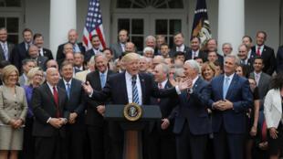Tổng thống Mỹ Donald Trump và các nghị sĩ đảng Cộng Hòa tại Nhà Trắng, Washington, sau cuộc bỏ phiếu bãi bỏ luật bảo hiểm Obamacare, ngày 04/5/2017.