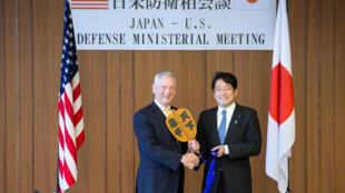 Bộ trưởng Quốc phòng Nhật Itsunori Onodera và đồng nhiệm Mỹ James Mattis trước cuộc hội đàm tại Tokyo. Ảnh 29/06/2018.