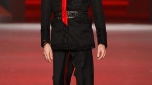 John Galliano na apresentação da coleção primavera-verão 2011 da Dior, em outubro de 2010.