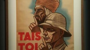 """""""Đừng nói!""""-Một áp phích tuyên truyền kêu gọi cảnh giác gián điệp dân sự bằng tiếng Pháp và Ả Rập, được trưng bày tại triển lãm """"Những cuộc chiến bí mật""""."""