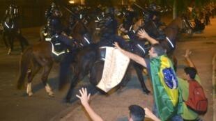 Manifestantes tentam conter o avanço das tropas da polícia  no Rio de Janeiro.