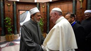Papa Francisco encontrou o grande imã Ahmed al-Tayeb no Cairo nesta sexta-feira, 28 de abril de 2017.