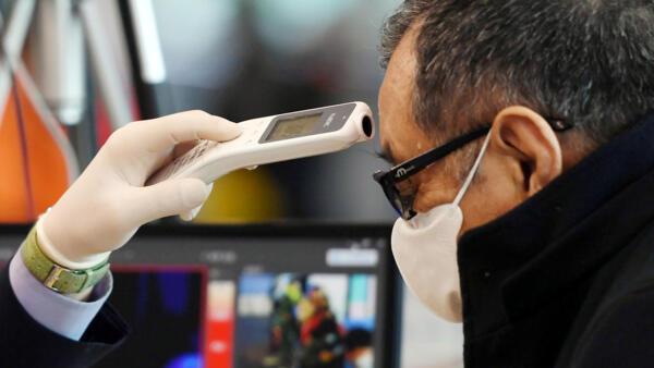 Kiểm tra thân nhiệt một hành khách Trung Quốc tại sân bay Incheon, Hàn Quốc, ngày 29/01/2020