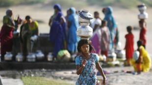 Mujeres en el Este de la India buscan agua potable