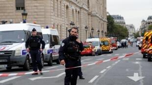 La tuerie a eu lieu à la préfecture de police, située sur l'île de la Cité, en plein cœur de Paris.