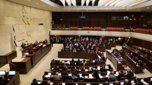 Les élus israéliens lors du vote de la  loi permettant à Israël de s'approprier des centaines d'hectares de terres palestiniennes en Cisjordanie occupée, lundi 6 février 2017.