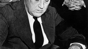 លោក Franklin D Roosevelt ប្រធានាធិបតីអាមេរិក ចុះហត្ថលេខាលើសេចក្តីប្រកាសសង្រ្គាមលើជប៉ុន