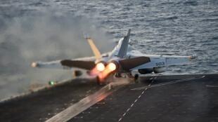 O parta-avião Carl Vinson, estacionado no Golfo Pérsico, que apoia as forças americanas que combatem o grupo Estado Islâmico.