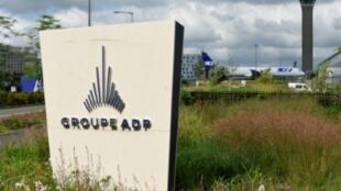 Une plaque de l'Aéroport de Paris (ADP).