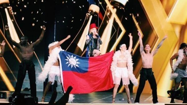 麥當娜台北演唱身披台灣旗幟遭大陸網民譴責