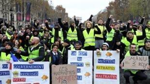 """Imagens das manifestações dos """"coletes amarelos"""" durante manifestação em Paris."""