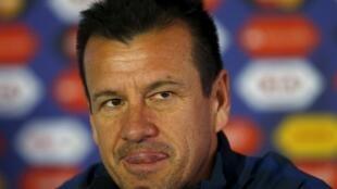 O técnico Dunga em coletiva de imprensa no Chile.