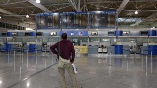 Greve geral na Grécia contra reformas do governo que paralisa até mesmo os serviços nos aeroportos e estações de trem.