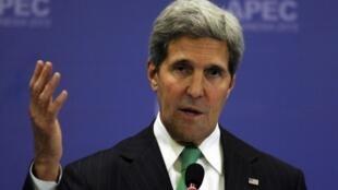 O secretário de Estado dos EUA, John Kerry, negocia um acordo para a permanência de tropas no Afeganistão.