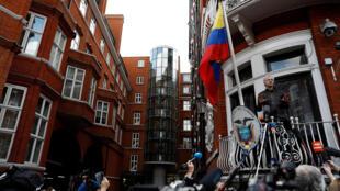 Julian Assange, người sáng lập WikiLeaks xuất hiện trên ban-công đại sứ quán Ecuador ở Luân Đôn, trước một rừng ống kính báo chí ngày 19/05/2017.
