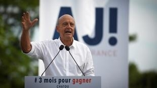 Alain Juppé addresses the meeting at Chatou on 27 August