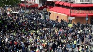 """Những người biểu tình """"Áo Vàng"""" tụ tập trước cửa nhà hàng La Rotonde, ngày 01/05/2019."""