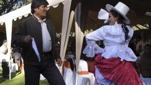 """O presidente da Bolivia, Evo Morales, dança a tradicional """"cueca"""" durante o a 42° OEA, em Cochabamba, na Bolívia."""