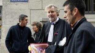 Devant le tribunal, le 13 novembre 2012, l'avocat et la famille de Jose-Francisco Serrano Andrade mort d'un cancer de la peau à 56 ans.