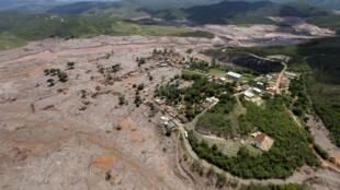 Une vue aérienne de Bento Rodigues, dans la région de Mariana, où la rupture de deux barrages, début novembre, a entraîné une coulée de boue dévatatrice tant pour les villages alentours que pour l'environnement,