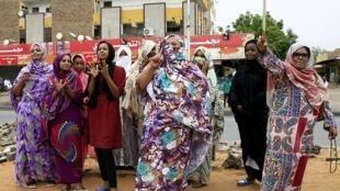 Manifestation de joie dans les rues de Khartoum, au Soudan, après l'accord, ce samedi 3 août 2019, d'une déclaration entre l'armée et l'opposition ouvrant la voie à un transfert du pouvoir aux civils.