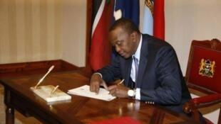 Kenya's President, Uhuru Kenyatta, a left-hander