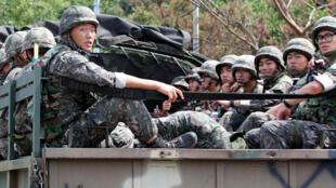 Des soldats sud-coréens patrouillent à la frontière, le 22 août 2015 (image d'illustration).