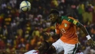 L'Ivoirien Serge Aurier (en orange) à la lutte avec le Malien Diadie Samassekou.