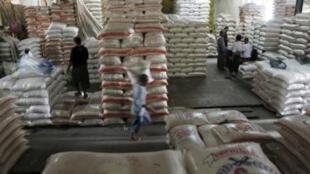 Chợ bán sỉ gạo ở Jakarta, Indonesia. Ảnh chụp ngày 09/02/2011.