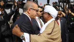 Shugaban Turkiya Recep Tayyip Erdogan yayin gaisawa da takwaransa na Sudan, bayan sauka a filin jiragen sama na birnin Khartoum.