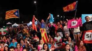 Defensores do SIM à independência da Catalunha, a 1 de outubro, na Plaza Catalunya, em Barcelona