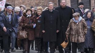 Tổng thống Ba Lan cùng với những nạn nhân cuối cùng của trại tập trung Auschwitz. Ảnh ngày 27/01/2015