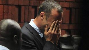 Oscar Pistorius chora durante audiência em tribunal de Pretória