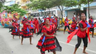 Chaque année en février, sur la côte Pacifique, à Esmeraldas, des milliers de personnes célèbrent la culture afro pendant le Carnaval.