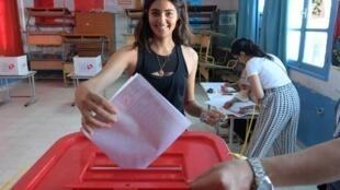 Jovem tunisiana vota nas eleições legislativas em Túnis, capital da Tunísia, em 6 de outubro de 2019. Participação de jovens nas eleições é muito baixa.