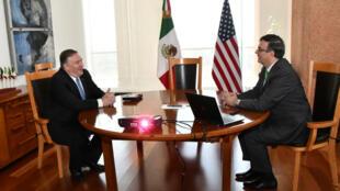 Mike Pompeo (gauche) et Marcelo Ebrard lors de leur rencontre, au ministère mexicain des Affaires étrangères, à Mexico, le 21 juillet 2019.