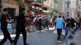 Турецкая полиция применила каучуковые пули для разгона участников cтамбульского гей-прайда, 25 июня 2017 года